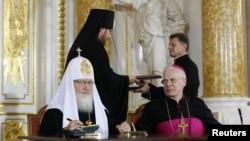Рус православ черкови раҳнамоси Патриарх Кирилл ва Полша Архиепископи Йозеф Михалик.