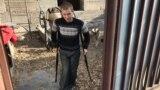 Инвалид первой группы Николай Подшивалов во дворе своего дома. Карагандинская область.
