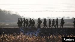 Северокорейские военные близ демилитаризованной зоны на границе с Южной Кореей. 3 января 2018 года.