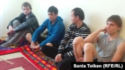 Выпускники детского дома, объявившие голодовку в Актау. 5 февраля 2015 года.