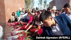 Люди, пришедшие на открытие памятника Великому Уркуну. Бишкек, 2 сентября 2016 года.