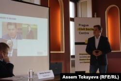 Кыргызский экономист бывший директор Института консультантов по менеджменту Азамат Аттокуров выступает в Праге с докладом о коррупции. 27 октября 2016 года.
