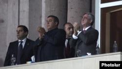 Рубен Айрапетян (в центре) и президент Серж Саргсян (справа) во время одного из матчей национальной футбольной сборной.