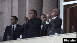 Ռուբեն Հայրապետյանը (կենտրոն) եւ նախագահ Սերժ Սարգսյանը ազգային հավաքականի խաղերից մեկի ժամանակ, արխիվ
