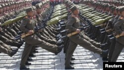 Солдаты маршируют в центре Пхеньяна. Иллюстративное фото.