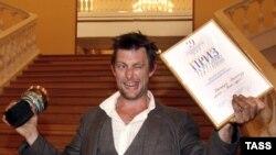 Актер Джетро Скиннер, получивший приз за лучшую мужскую роль на 19-ом российском кинофестивале «Кинотавр», на церемонии закрытия в Зимнем театре