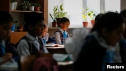 Казахстанские школьники на занятиях. Иллюстративное фото.