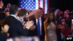 ترامپ و همسرش در میانه تصویر