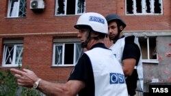 Эксперты ОБСЕ на месте одного из обстрелов в Донецке 9 сентября
