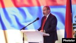 Премьер-министр Армении Никол Пашинян выступает на 5-мсъезде правящей партии. Ереван, 16 июня 2019 г.