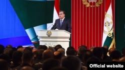 Тәжікстан президенті Эмомали Рахмон парламент алдында сөйлеп тұр.