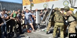 Активісти самооборони під час зіткнення з бійцями батальйону «Київ-1», Майдан Незалежності, Київ, 7 серпня 2014 року