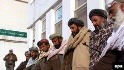 په افغانستان کې د طالبانو ډله وسله ږدي او حکومت ته تسلیمېږي. په دې هیواد کې د سولې بهیر روان دی.