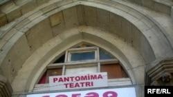 Teatr üç ilə yaxındır «Şəfəq» kinoteatrının qədim və çox təmirsiz binasında yerləşir