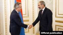 Armenia - Prime Minister Nikol Pashinian (R) meets with Francis Malige, a senior EBRD executive, in Yerevan, 1 June 2018.
