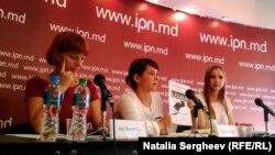 """Ala Revenco, membră a Asociației """"Părinți Solidari"""", Olga Batca, reprezentanta Centrului de Resurse pentru Drepturile Omului și Sanda Sandu, fondatoarea platformei """"CNA Studentesc""""."""