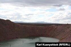 «Атомное» озеро близ села Саржал в Восточно-Казахстанской области.