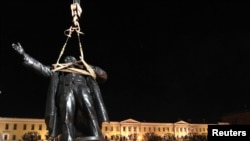 Памятник Ленину вернулся на прежнее место. Санкт-Петербург, 15 апреля 2010 г.