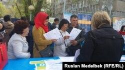 Алматыдағы Орталық мешіт жанында өтіп жатқан бос жұмыс орындары жәрмеңкесі. 21 сәуір 2017 жыл.
