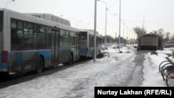 Аялдама тұрған автобустар. Алматы, 28 ақпан 2012 жыл. (Көрнекі сурет)