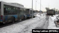 Метро станциясы маңындағы автобус аялдамасы. Алматы, 28 ақпан 2012 жыл.