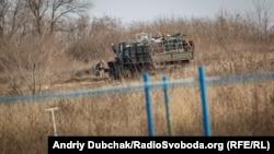 Українські військові перевозять речі на нові позиції у точці розведення військ №2 поблизу Золотого, 2 листопада 2019 року