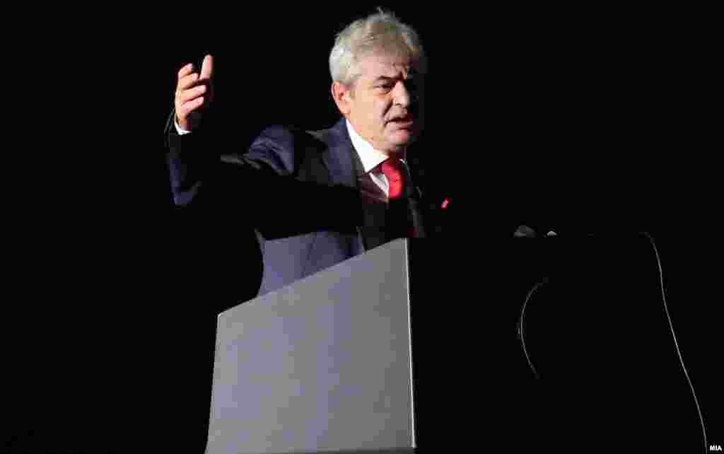 МАКЕДОНИЈА - Ние Албанците сонувавме за слобода, за рамноправност и се боревме овој сон да стане реалност. Кога веруваме во нешто, ние сме спремни да жртвуваме се. Време е за првиот Премиер Албанец во Северна Македонија, рече лидерот на ДУИ, Али Ахмети, на почетокот од видеообраќањето за предлогот за прв премиер Албанец на Македонија.