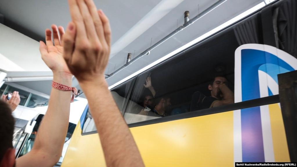 Автобус проводжали, співаючи гімн України