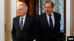 Russia -- Russian Foreign Minister Sergei Lavrov (R) and his French counterpart Jean-Marc Ayrault arrive for their talks at the Russian Foreign Ministry guest house in Moscow, Russia, 19 April 2016.