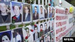 Zid sa fotografijama nestalih kosovskih Albanaca, Priština 2008.