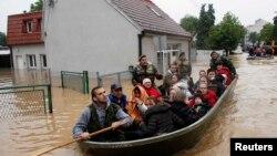Евакуація людей із затопленого міста Обреновац, неподалік Белграда, 17 травня 2014 року