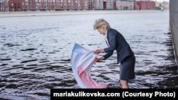 """Перформанс """"Белый"""", во время которого Мария Куликовская постирала крымский флаг в Москве-реке"""
