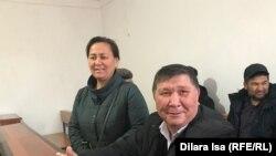 Nurzhan Muhammedow we onuň aýaly sud jaýynda. Şimkent, 12-njy dekabr, 2019