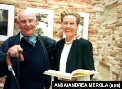 در کنار همسرش کارتیه-برسون در نمایشگاه آثارش در ونیز در بهار ۱۹۹۹