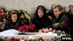Наина Ельцина и Татьяна Дьяченко на прощании с Егором Гайдаром