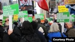 صحنه ای از تظاهرات در نیویورک در حمایت از جنبش دمکراسی خواهی مردم ایران