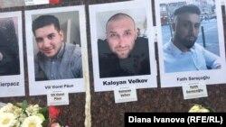 """""""Инициатива 19 февруари"""" е окачила портретите на жертвите, сред които Калоян Велков, на паметника на родените в Ханау Братя Грим"""