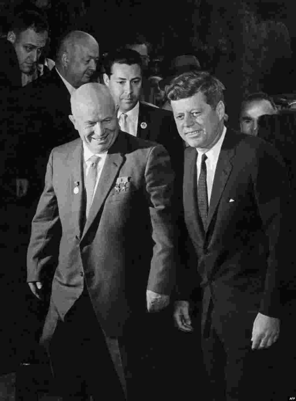 Хрущов і президент США Джон Кеннеді під час їхньої першої зустрічі 3 червня 1961 року у Відні, за рік до початку кубинської ракетної кризи. У жовтні 1962 року Кеннеді наказав запровадити блокаду Куби після того, як СРСР почав перевозити на острів свої ракети.