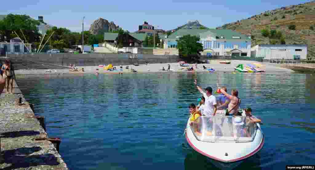 Відпочивальники вирушають на морську прогулянку
