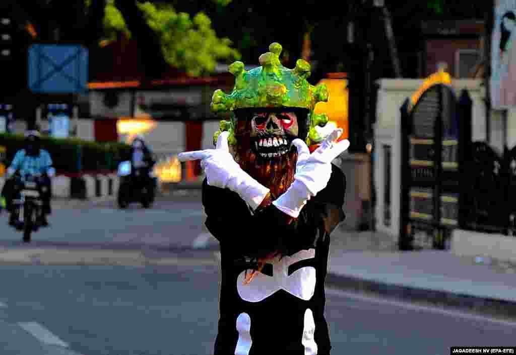 Регулировщик в индийском Бангалоре не так просто надел шлем в форме коронавируса. Это его способ сказать людям, чтобы они сидели дома во время 21-дневного карантина. Карантин в Индии объявили 24 марта. Так выглядела улица на девятый день.