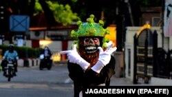 India: un polițist în trafic, în Bangalore, poartă o cască în formă de coronavirus, în efortul de a convinge oamenii să rămână acasă. Prim-ministrul indian Narendra Modi a dispus restricții pe parcursul a 21 de zile, începând cu miezul nopții de 24 martie, pentru a stopa răspândirea coronavirusului.