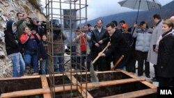 Премиерот Никола Груевски поставува камен темелник за изградба на нов пат.