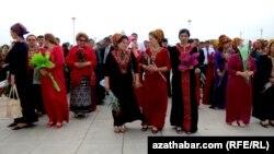 Також жінкам заборонили носити на роботу «широкі коміри, пишні національні візерунки»