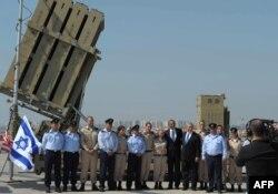 """Preşedintele Barack Obama şi premierul Benjamin Netanyahu pozează alături de militarii unei baterii a sistemului antirachetă """"Bolta de Fier"""""""