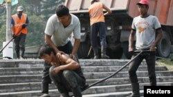 Найти гастарбайтеров в Цхинвале совсем несложно. С утра они группами бредут на работу. Днем, проехавшись по улицам города, можно увидеть, как они трудятся на строительстве дорог, зданий, торгуют в овощных магазинах