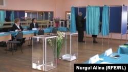 Голосование на выборах в российскую Госдуму на участке в Петропавловске. 18 сентября 2016 года.