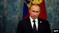 Россия президенти Владимир Путин Парижда ўтказилган матбуот анжумани чоғида, 2015 йил 30 ноябри.