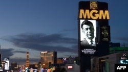 Плакат в память о Кирке Керкоряне, установленный в Лас-Вегасе, США, 16 июня 2015 г.