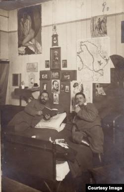 Ofițeri români în camera lor la Dänholm-Stralsund (Foto: Expoziția Marele Război, 1914-1918, Muzeul Național de Istorie a României)