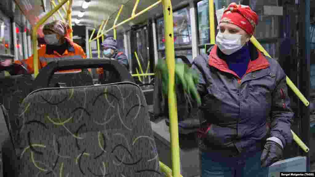 Как проходит ночная дезинфекция троллейбусов в Симферополе – смотрите в нашей фотогалерее